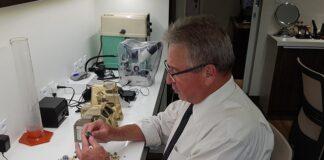 O perito e gemólogo Hugo Werner Flister fazendo uma avaliação - Foto: G.C